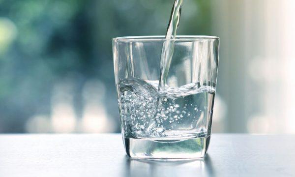 Arsyeja shkencore pse duhet ta pini një gotë ujë para se të bëni dush?!