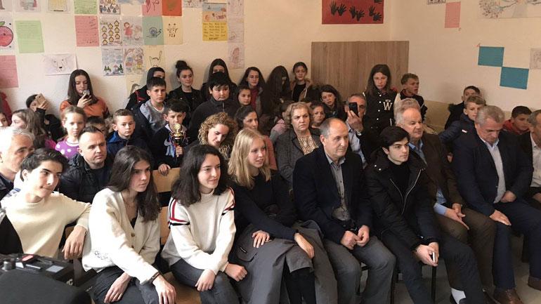 Studentet francez dhanë një donacion për nxënësit e shkollës së fshatit Buzovik