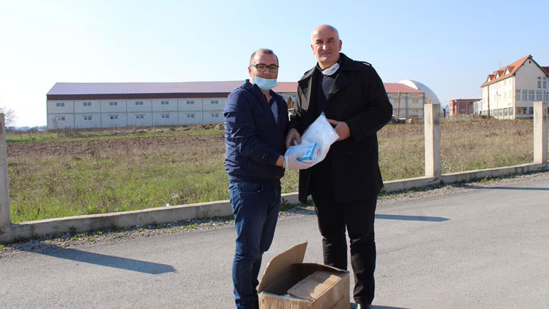 Gjilani mbështetë Vitinë me rroba mbrojtëse kundër Covid19
