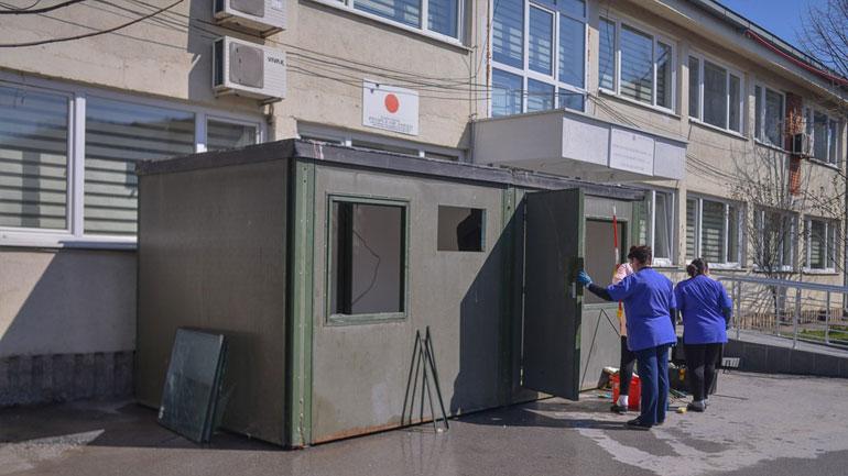Vendoset kontejneri dhe tenda për triazhim jashtë objektit të QKMF-së në Kamenicë dhe QMF-së në Roganë
