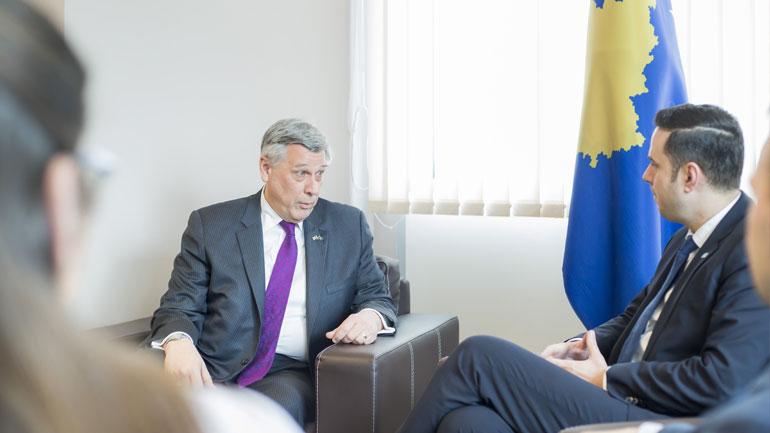 Ministri Abdixhiku pret në takim ambasadorin Kosnett