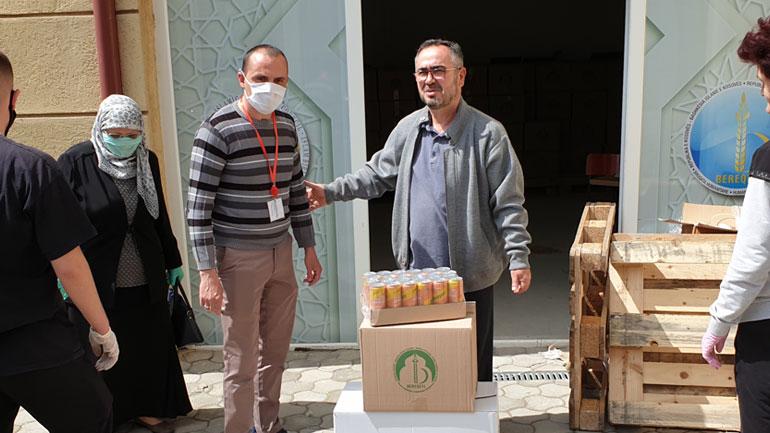 """Shoqata Humanitare Bamirëse """"Bereqeti"""" ndihmoi 125 familje me jetimë"""
