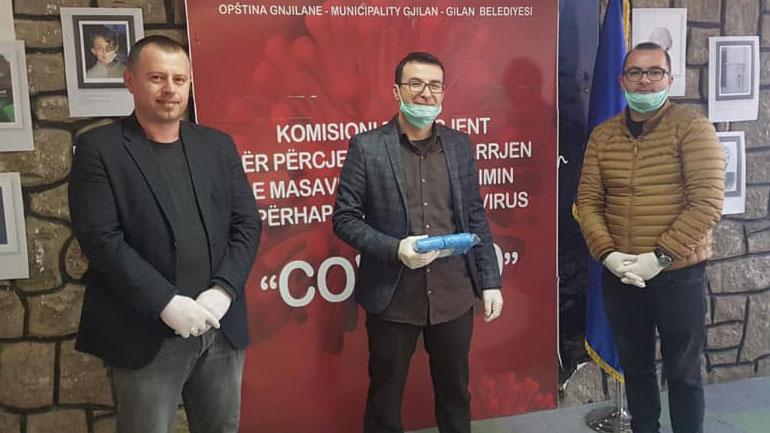 Nënkryetari Arbër Ismajli falënderon Fatlum Rrahmanin për donacionin e dhënë
