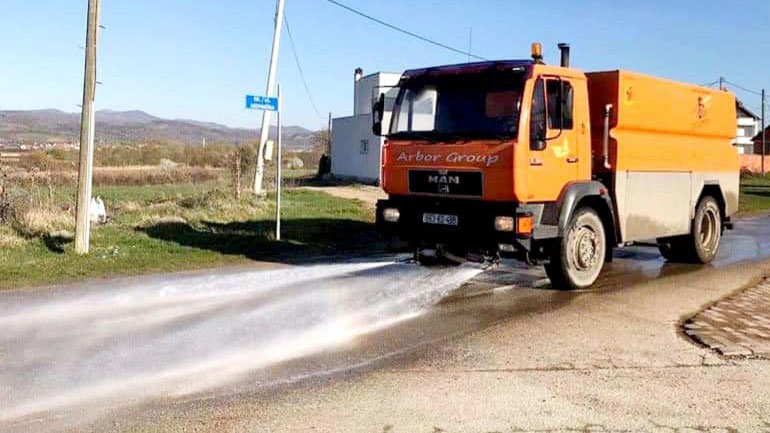 Pastrohen rrugët e fshatit Topanicë