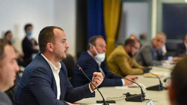 Kryetari Kastrati merr pjesë në takimin me kryetarët e komunave, diskutohet për pandeminë në Kosovë