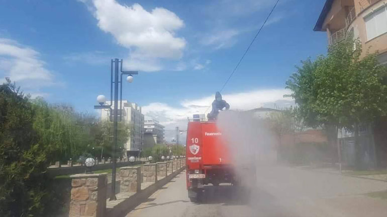 Zjarrfikësit ka bërë pastrimin dhe klorifikimin e rrugëve në qytetin e Vitisë