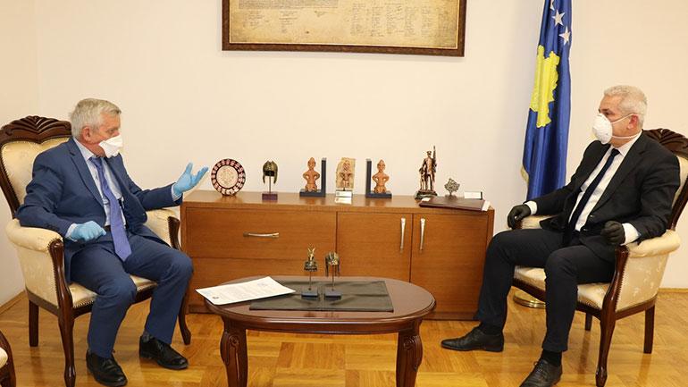U.d ministri Sveçla priti në takim ambasadorin e Shqipërisë në Kosovë Qemal Minxhozi