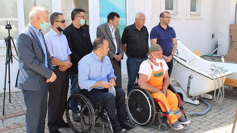 Komuna e Gjilanit i dorëzon Handikos-it donacionin e Flamur Bunjakut për personat me nevoja të veçanta
