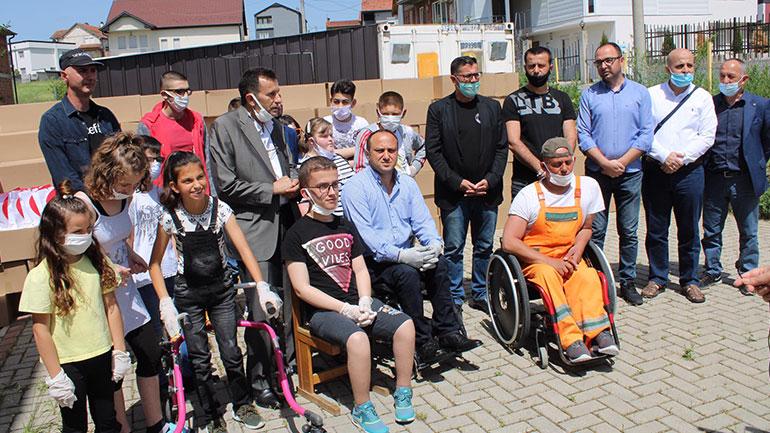 Në Gjilan shpërndahen 333 pako dhe 50 tablet për fëmijët me nevoja të veçanta