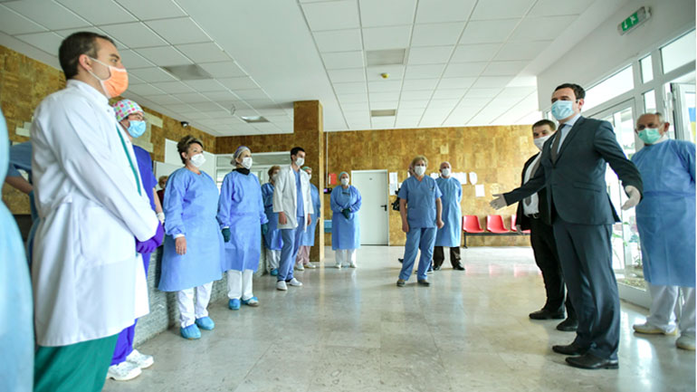 Kryeministri në detyrë Kurti ka vizituar Klinikën Infektive