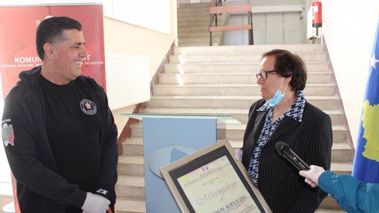 Kryetari Lutfi Haziri nderon me mirënjohje kryeinfermieren Sevdije Kryeziu për kontribut jetësor