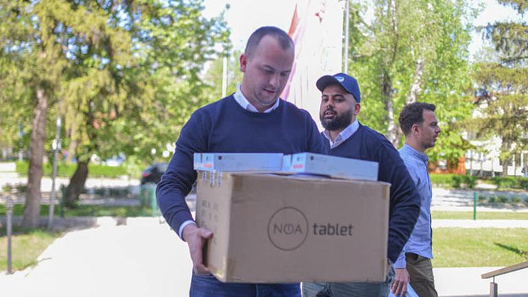 """""""Humanity First"""" dhuron 23 tabletë për nxënësit e Kamenicës"""