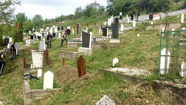 Një grup i të rinjve vullnetmirë pastrojnë ambientin në varreza