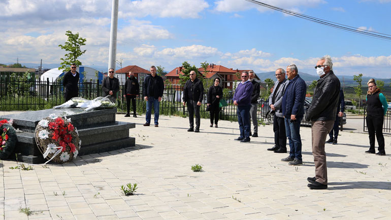 Drejtuesit e FFK-së bëjnë homazhe te varri i ish-presidentit Vokrri