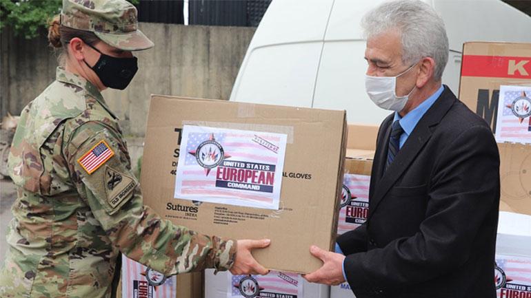 Ambasada Amerikane dhuron donacion për personelin shëndetësor