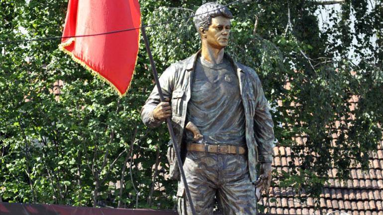 Në Gjilan inaugurohet shtatorja e heroit të kombit Abdullah Tahiri (video)