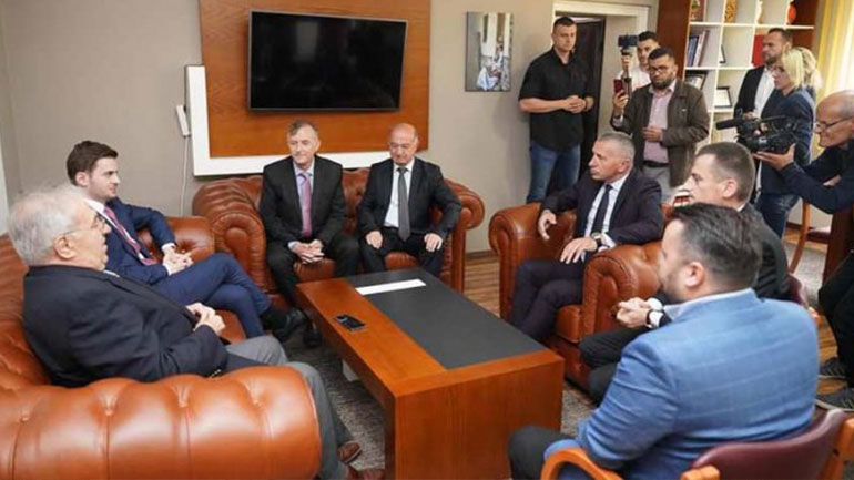 Kamberi pret në komunë ministrin Cakaj