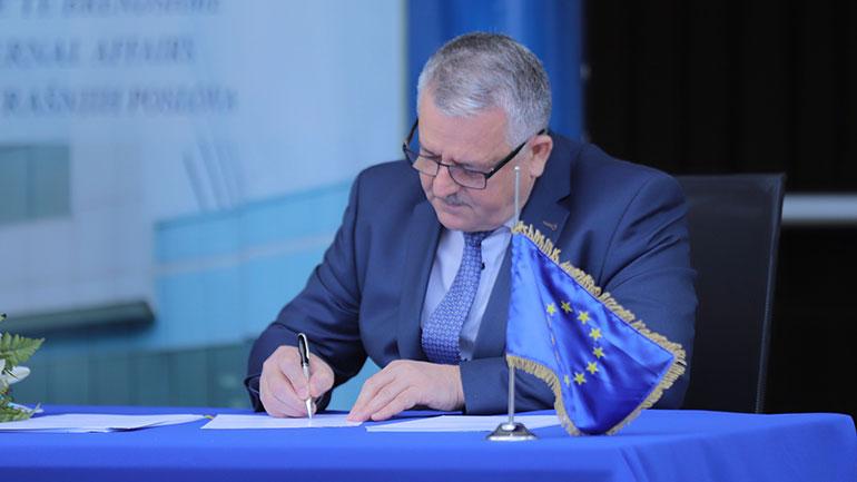 Veliu i shkruan shefit të BE-së në Kosovë, shprehë shqetësimin për trajtimin e migrantëve nga Serbia