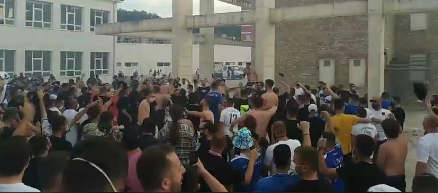 """""""Intelektualët"""" festojnë në Therandë, bashkë me trofe nisen për Gjilan"""