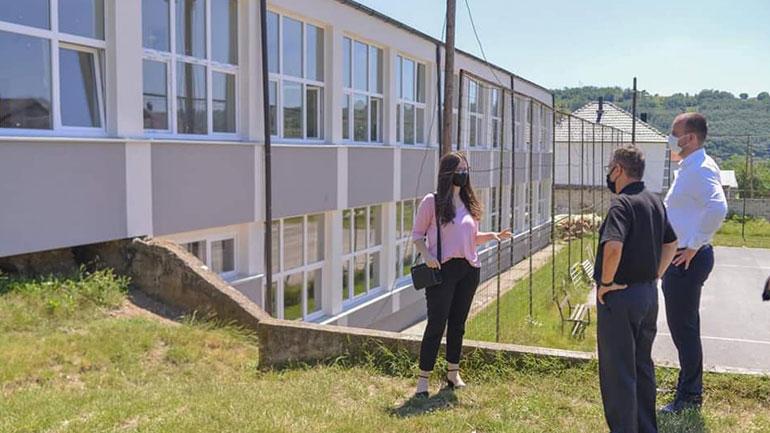 """Kryetari i Kamenicës viziton shkollën """"Rexhep Mala"""" në Topanicë e cila është renovuar"""