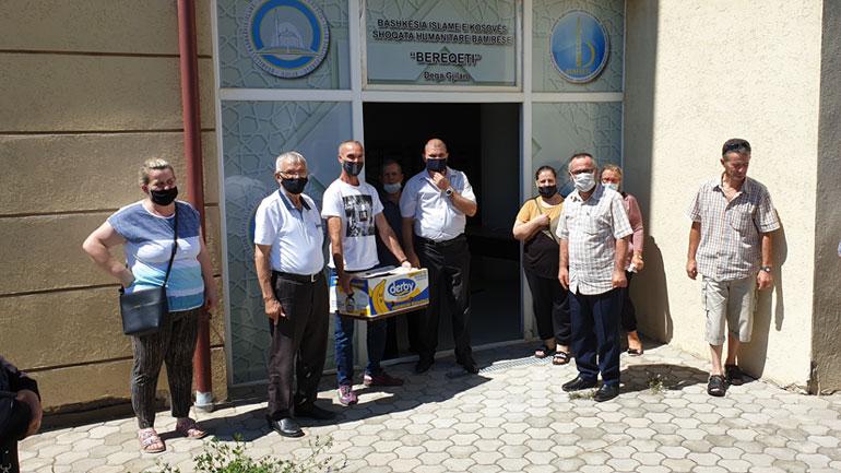 """Shoqata Humanitare Bamirëse """"Bereqeti"""" ndihmoi 60 familje me jetim dhe 20 familje nga shoqata e Shurdhmemecëve"""