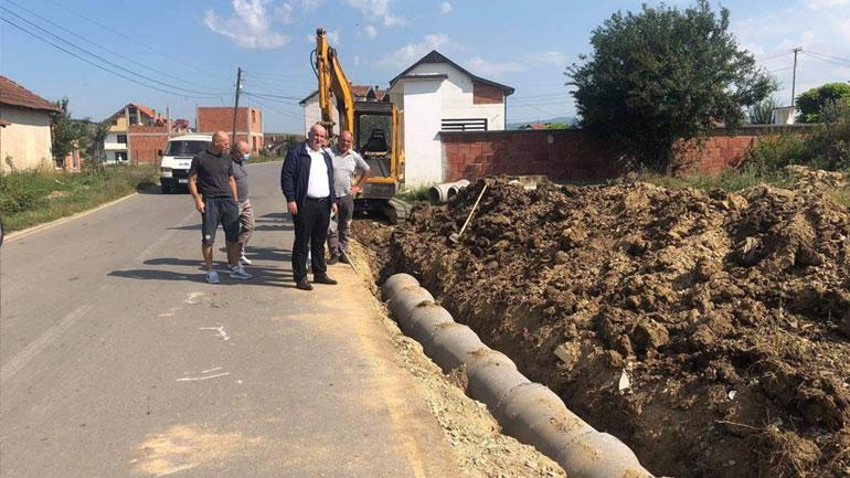 Po ndërtohet trotuari në rrugën Viti-Mogillë dhe në Sadovinë të Muhaxherëve