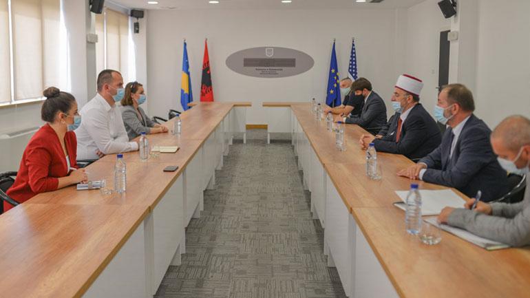Kryetari Kastrati pret në takim myftiun Tërnava, flasin për bashkëpunim ndërmjet dy institucioneve