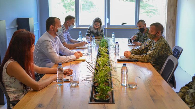Kryetari i Kaamenicës pret në takim komandantin e Regjimentit të FSK-së në Gjilan