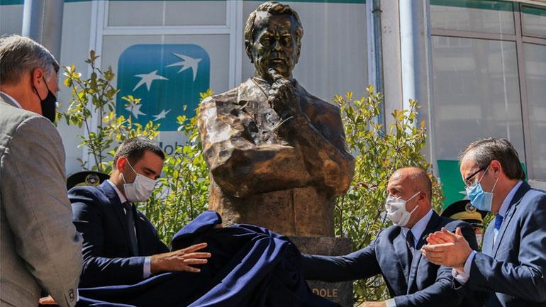 Inaugurohet busti i senatorit Bob Dole