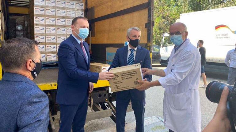 Ministri Zemaj dhe ambasadori gjerman Rohde marrin pjesë në dorëzimin e donacionit me mjete mbrojtëse kundër Covid-19