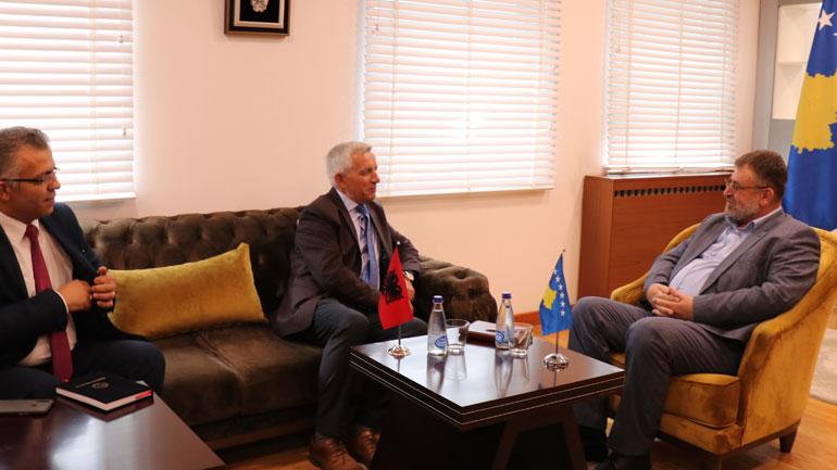 Ministri Kuçi priti në takim ambasadorin shqiptar, Qemal Minxhozi
