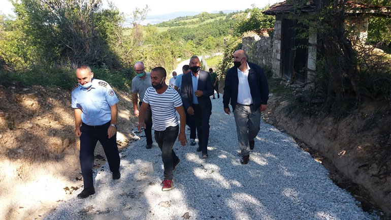 Stubllasit me vet kontribut rregullojnë me zhavor rrugën e fshatit