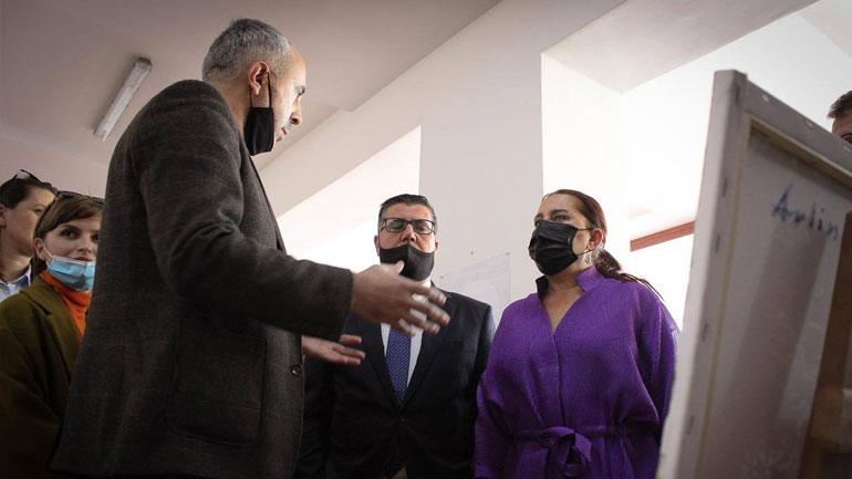 """Dumoshi ia dorëzon Lutfi Haziri vendimin për vendosjen e """"Flakës së Janarit"""" në trashëgiminë shpirtërore"""