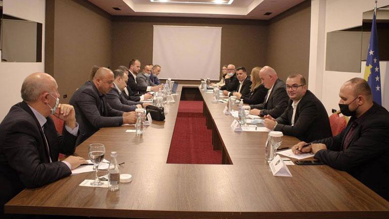 Haziri i bën bashkë kryetarët e Anamoravës dhe ministren Bajrami për zhbllokimin e projekteve të mëdha komunitare