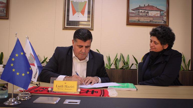 Kryetari i Gjilanit nënshkruan projektin për mbështetjen e të rinjve në IT, në vlerë prej 420 mijë euro