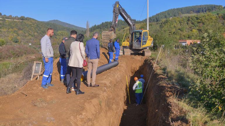 Kamenicë: Vazhdojnë punimet për rregullimin e kanalizimit në lagjen e re