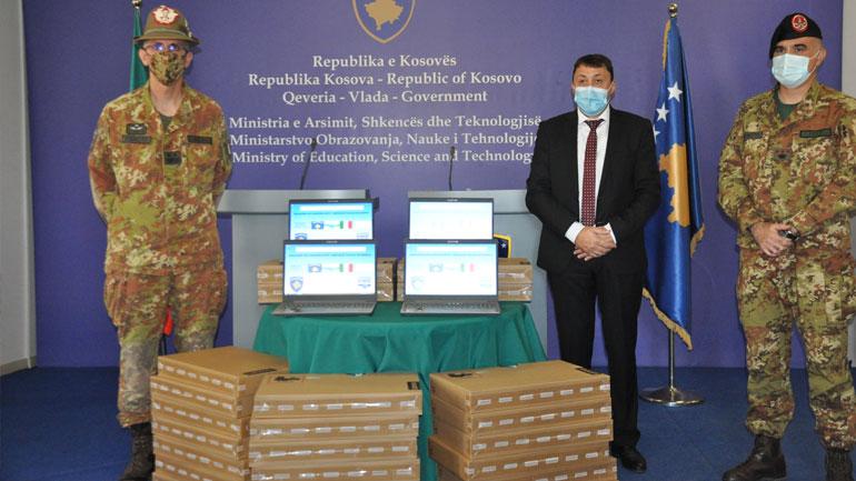 MASH pranon laptopë donacion nga ushtarët italianë