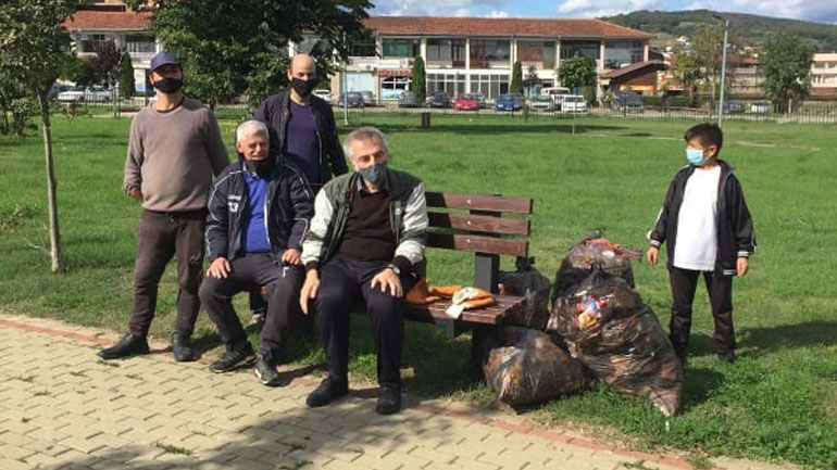 Vullnetmirët pastrojnë vullnetarisht parkun e qytetit në Kamenicë