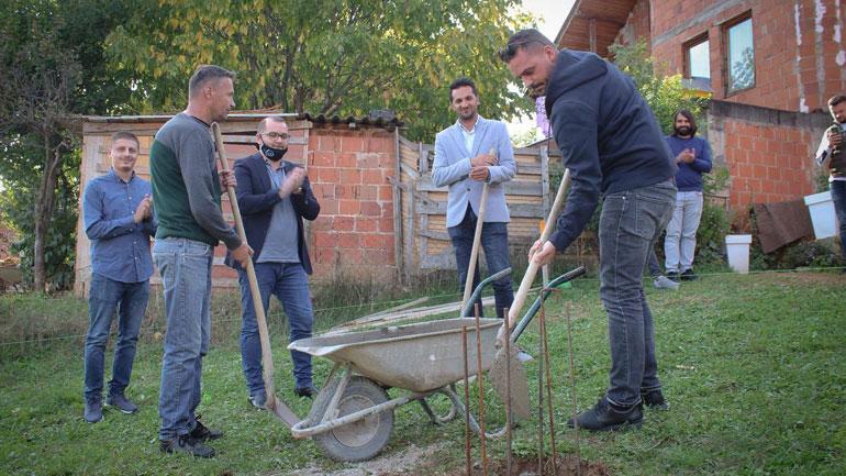 Komuna e Gjilanit me donatorët e vunë gurthemelin e shtëpisë për familjen e Rexhep Kqikut