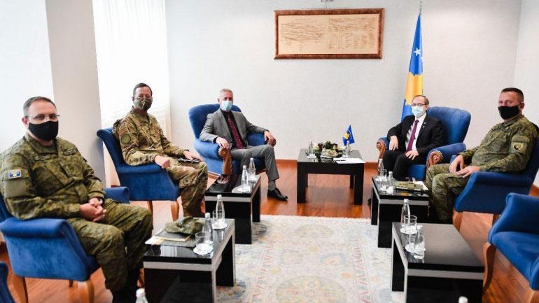 Kryeministri Hoti priti në takim njoftues atasheun e ri ushtarak nga ShBA, Stephen Rose