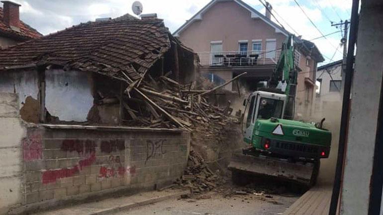 Inspekcioni në Gjilan rrënon një objekt me rrezikshmëri të lartë dhe disa mure oborresh që ishin uzurpim i hapësirës publike