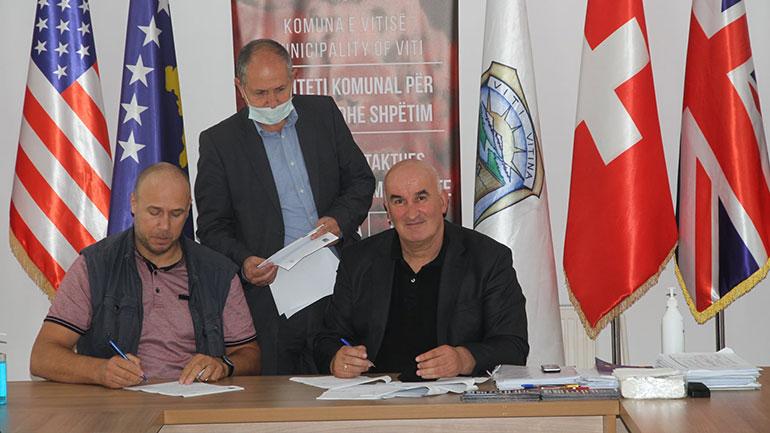 Viti: Nënshkruhen dy marrëveshje, njëra parasheh bashkëfinancimin për ndërtimin e Ambulantës në Terpezë