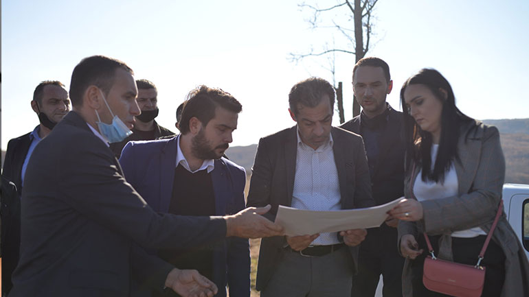 Donatorë potencialë për ndërtimin e serave vizitojnë Komunën e Kamenicës