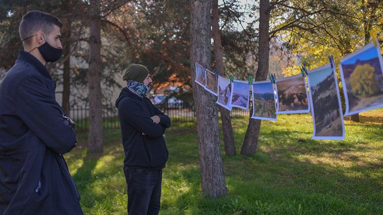 Në parkun e qytetit mbahet ekspozita e fotografit Florim Ibrahimaj