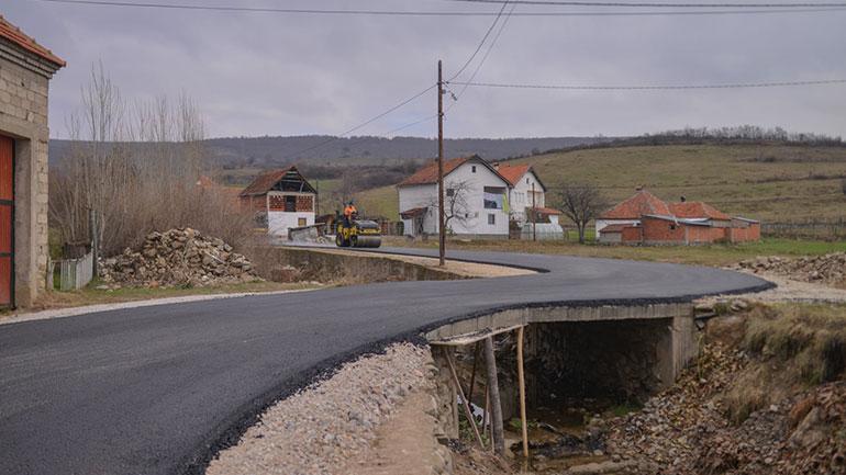 """Rruga """"Babaniku"""" në Hogosht sot është asfaltuar me shtresën e parë"""