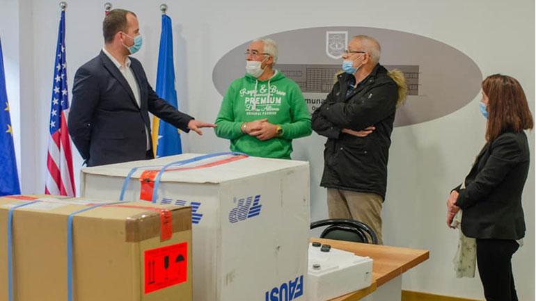 """Laboratori """"Medizinisches Labor Invenimus"""" nga Zvicra dhuron donacion pesë mikroskopë për Komunën e Kamenicës"""