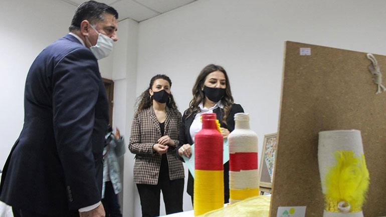 Në Gjilan hapet ekspozita me punimet që i kanë realizuar fëmijët me nevoja të veçanta