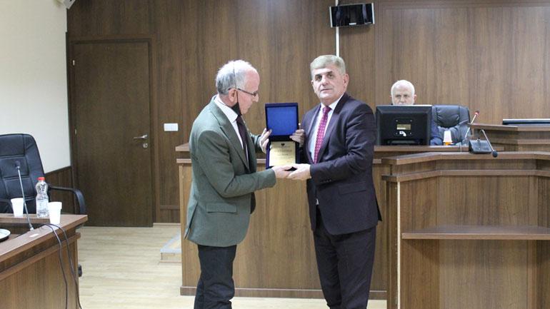 Gjykata Themelore në Gjilan ndan mirënjohje për gjyqtarin, Zyhdi Haziri