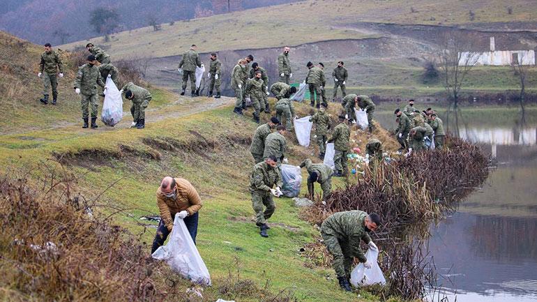 Komuna e Gjilanit bashkë me FSK-në pastrojnë ambientin dhe mbjellin drunj te Penda e Livoqit