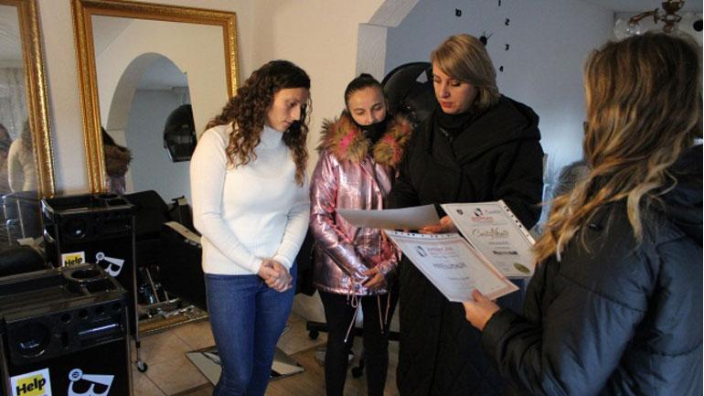 Komuna dhe HELP i bëjnë me biznes të parukerisë dy gratë që humbën burrat nga tërmeti në Durrës